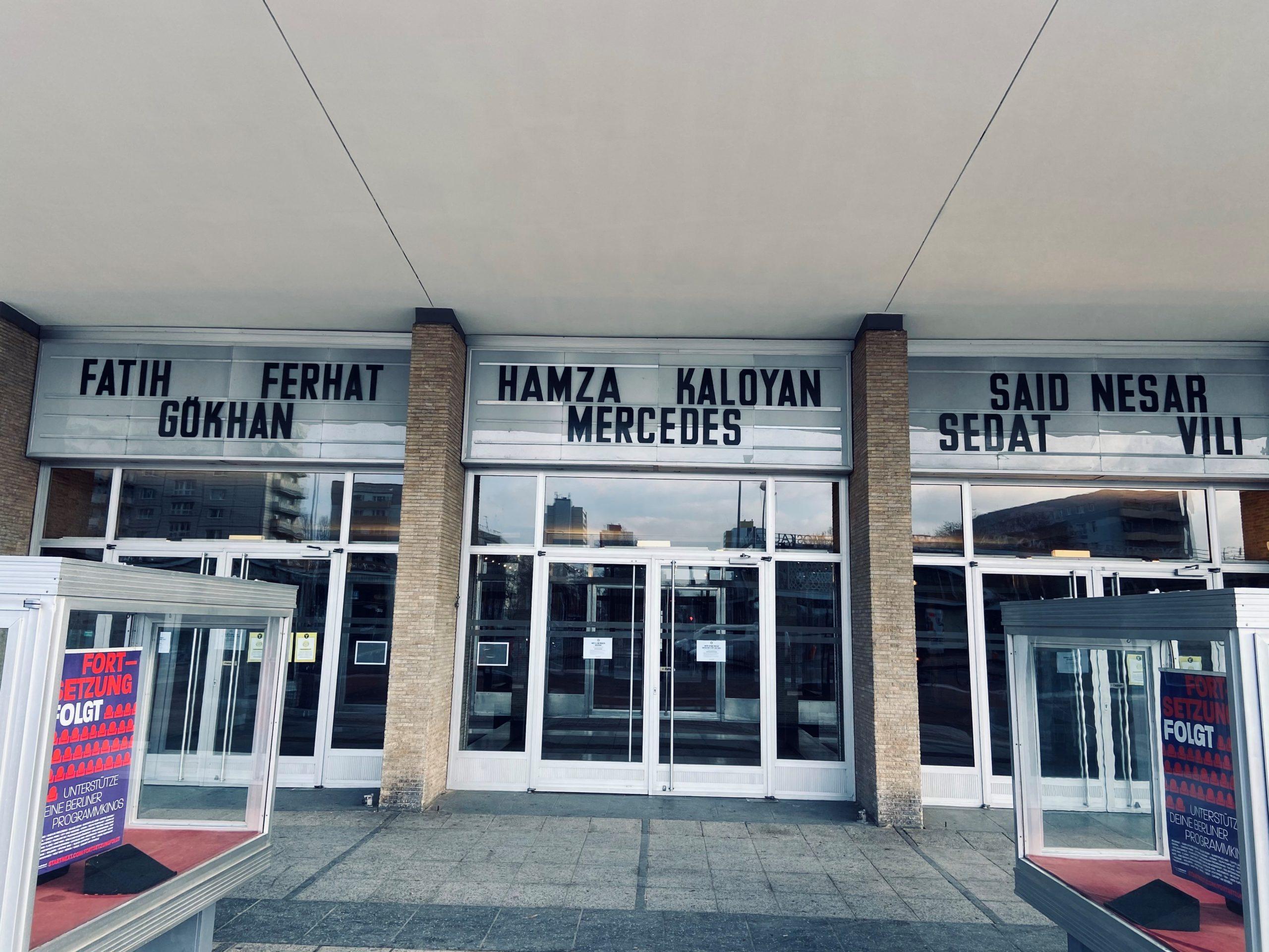 Erinnerung an die Opfer des Anschlages in Hanau in Berlin am Kino international