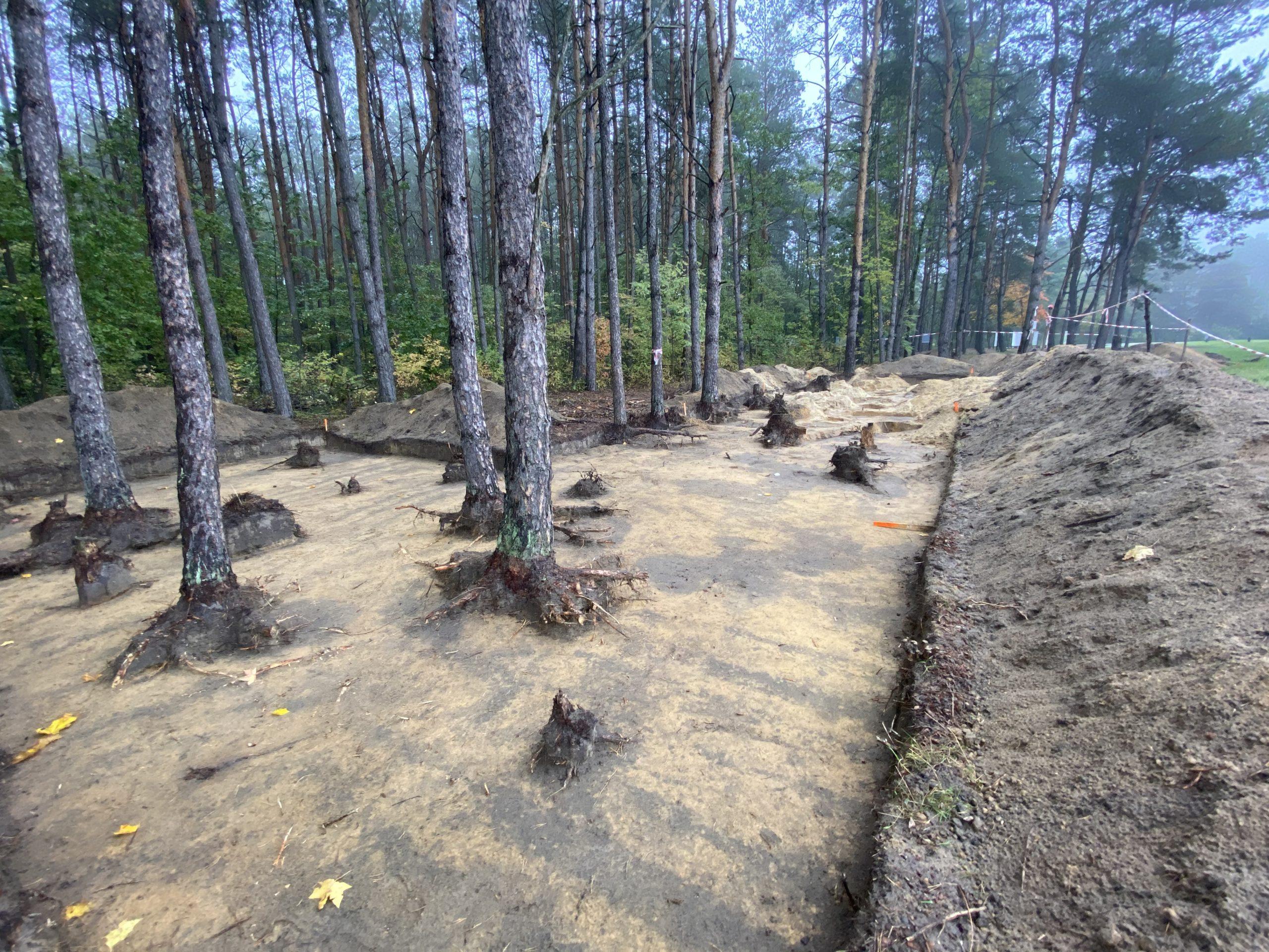 """Ausgrabungen am ehemaligen """"Schlauch"""" in der Gedenkstätte des deutschen Vernichtungslagers Sobibor"""